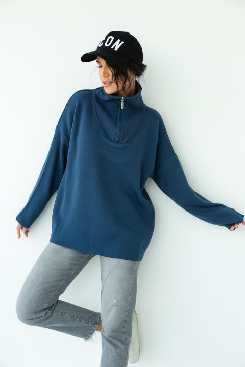 Женский объемный свитер с воротником стойкой на замке