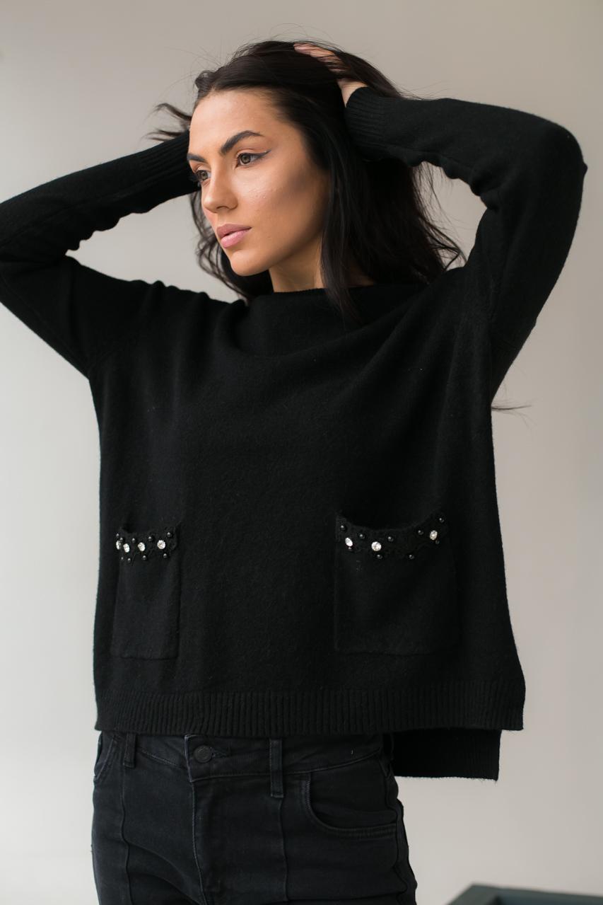 Классический джемпер с карманами украшенными набивным кружевом камнями и жемчугом P-M - черный цвет