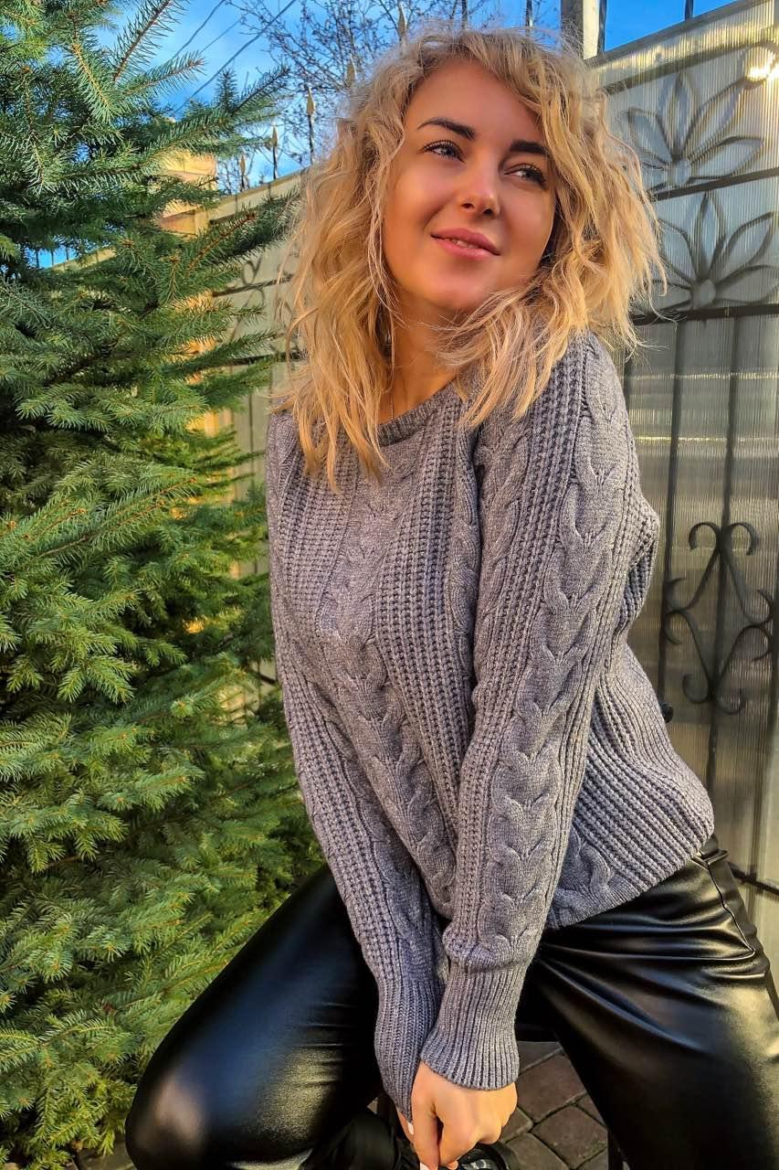 Трендовый свитер с косами фасона oversize   - серый цвет