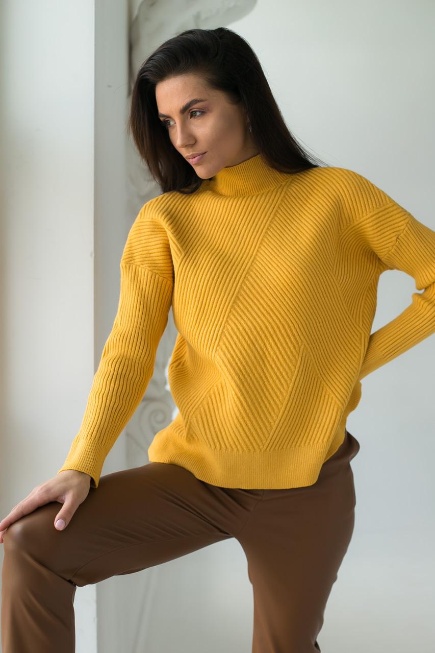 Стильный свитер с геометрическим узором P-M - горчичный цвет
