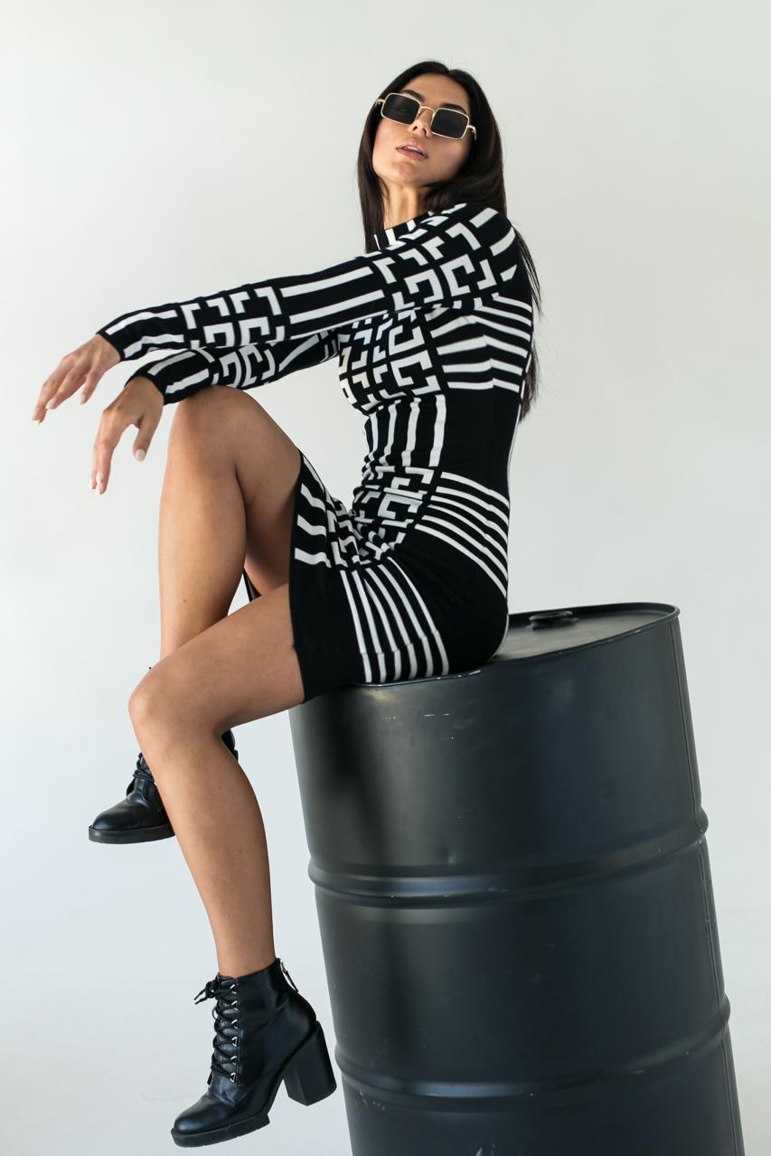 Оригинальное платье футляр с геометрическим рисунком Vinceotto - белый цвет