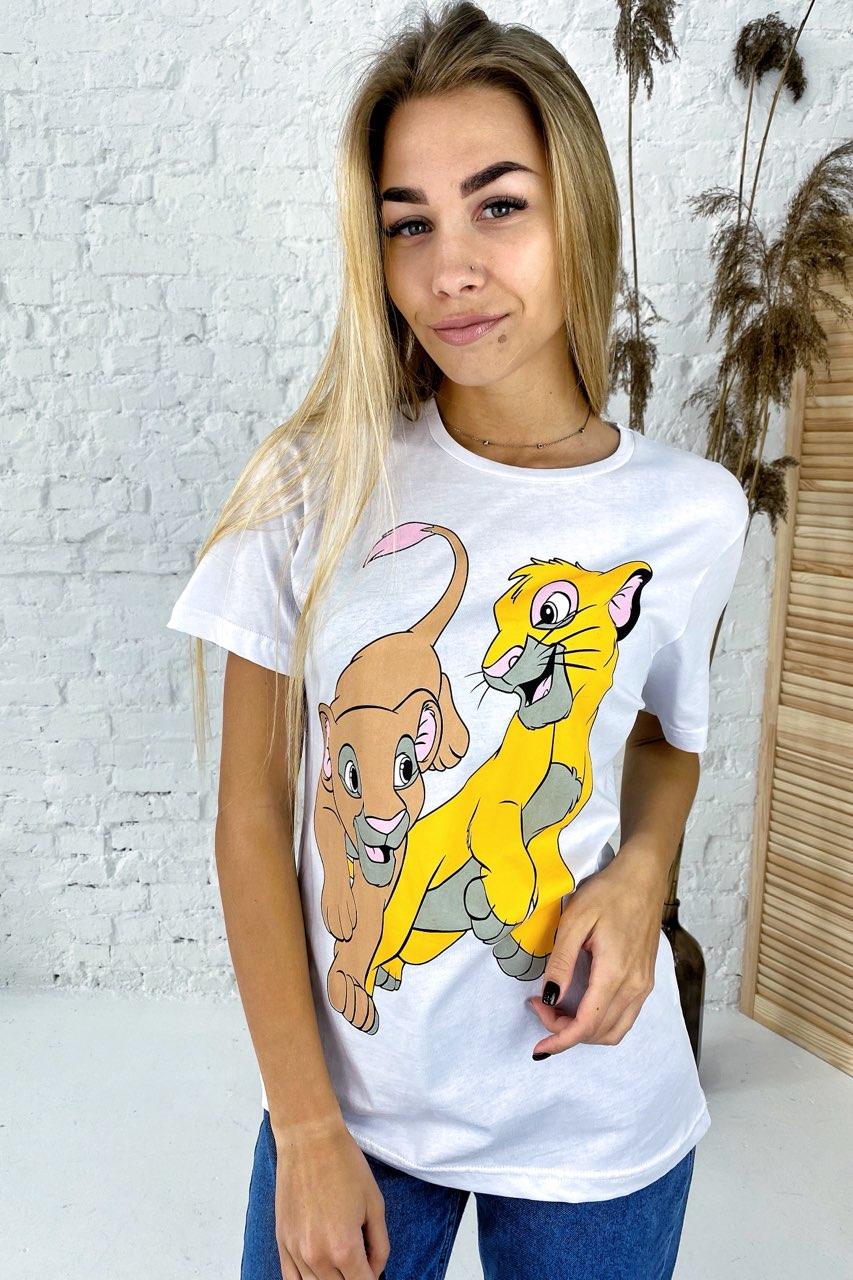 Удобная футболка с ярким принтом Симба и Нала TITUS - белый цвет