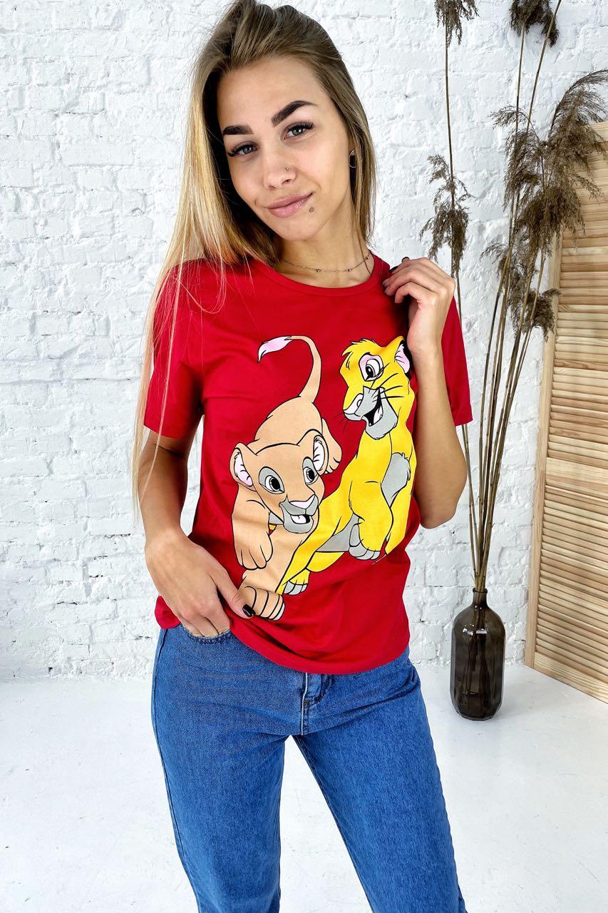 Удобная футболка с ярким принтом Симба и Нала TITUS - красный цвет