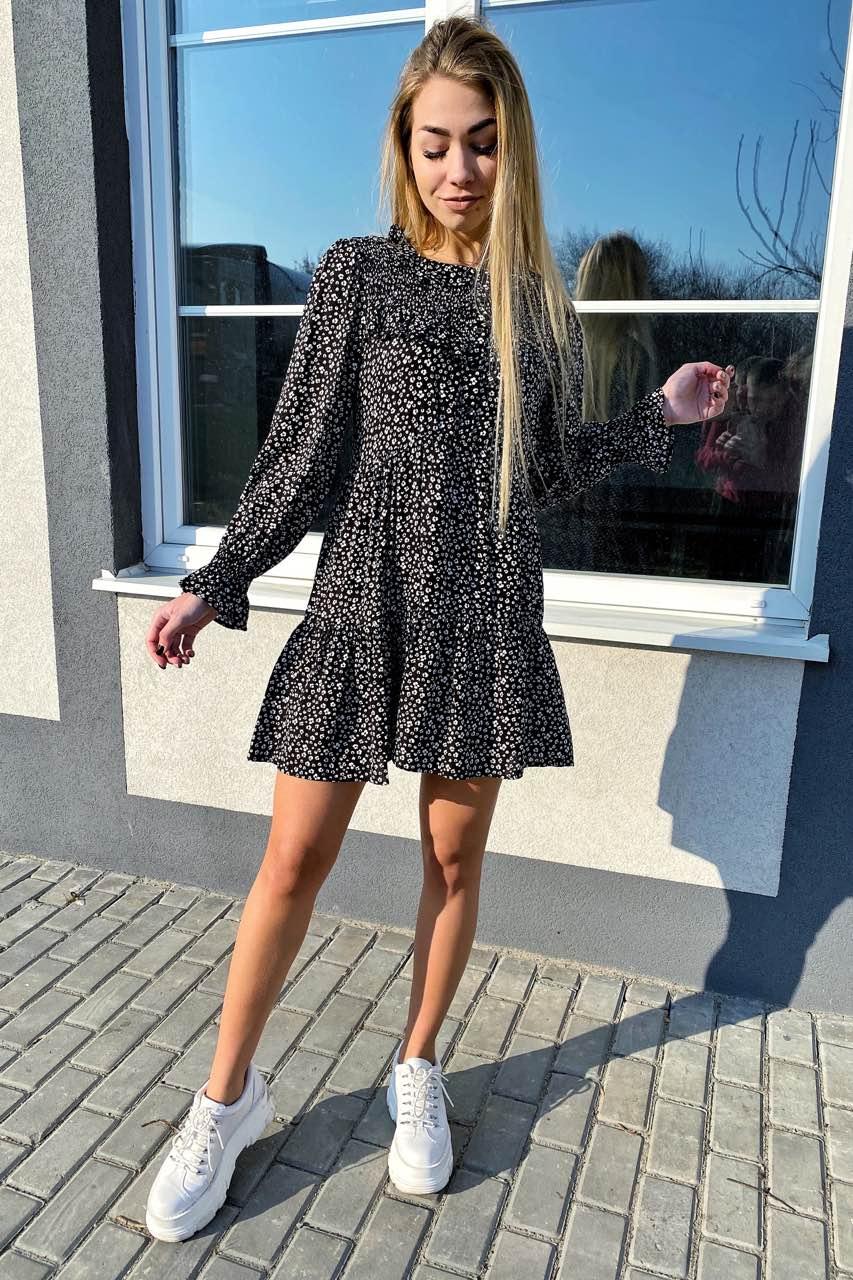 Стильное котоновое платье в мелкий принт с рюшами и пуговицами  VOOL Style - черный цвет